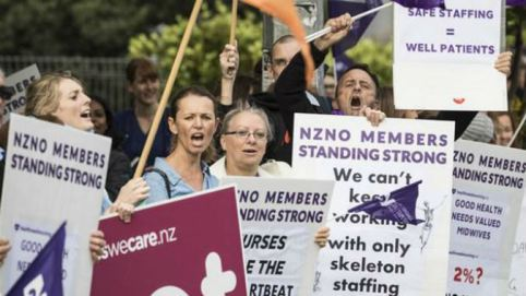 nursing-union-members-protest-outside-auckland-hospital-on-thursday-ahead-of-potential-strike-action-photo_jason-oxenham_nzh